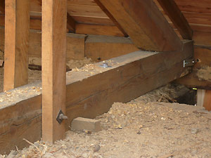 置き屋根をボルトで固定