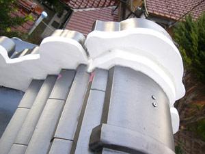 瓦と漆喰の取り合い(やせ部分)は変形シリコンの白色で隙間埋め